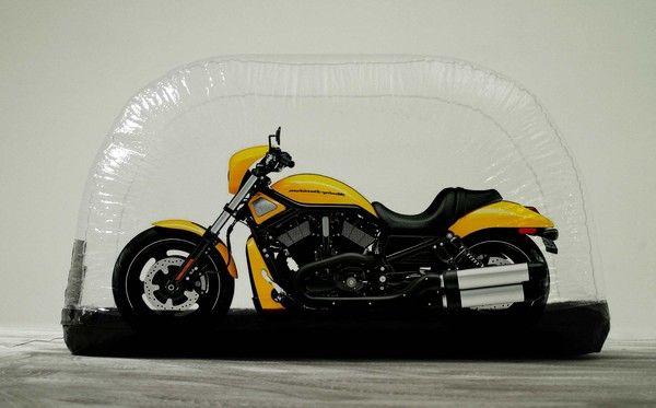 Harley davidson roadster dans housse gonflable caracapsule for Housse moto harley davidson